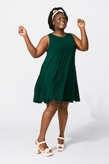 Afro-amerikaanse vrouw die groene tentjurk draagt