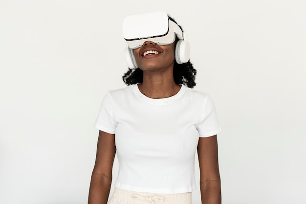 Afro-amerikaanse vrouw die vr-simulatie ervaart