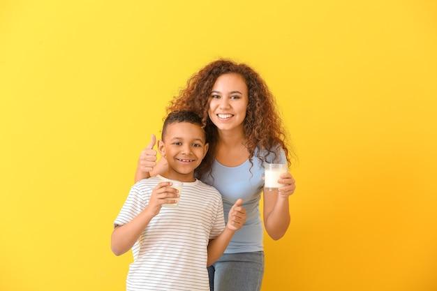 Afro-amerikaanse vrouw en haar zoon met melk op kleur