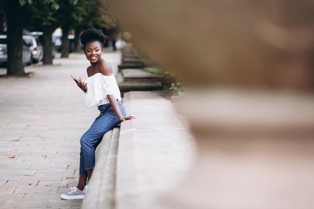 Afro-amerikaanse vrouw gelukkig praten aan de telefoon