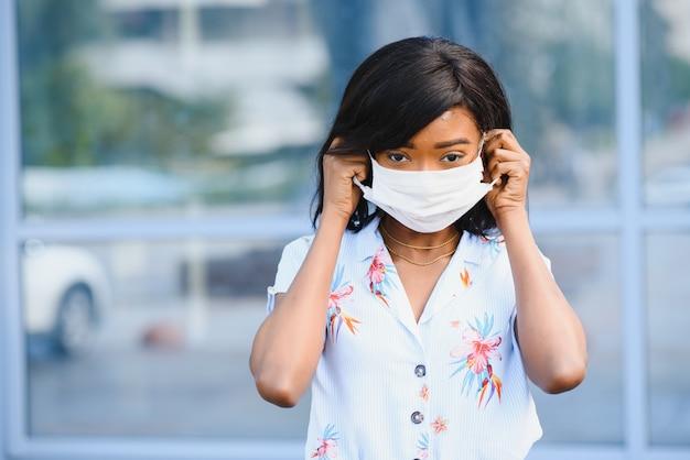 Afro-amerikaanse vrouw in medisch masker