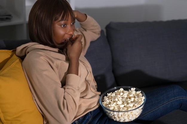 Afro-amerikaanse vrouw kijken naar netflix