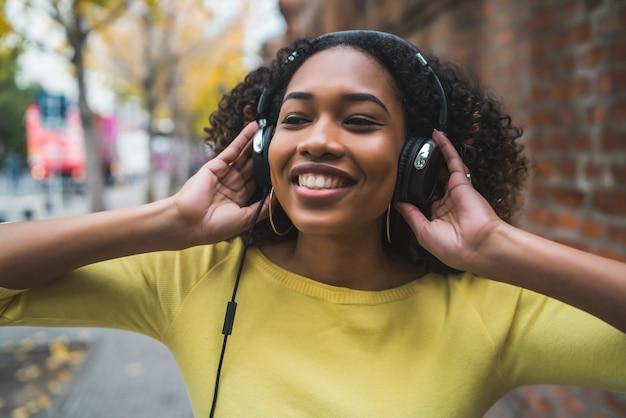 Afro-amerikaanse vrouw luisteren muziek