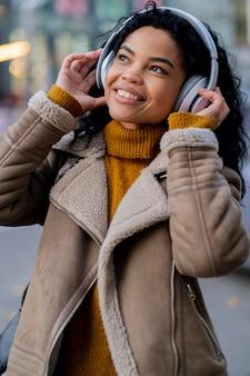 Afro-amerikaanse vrouw, luisteren naar muziek via een koptelefoon