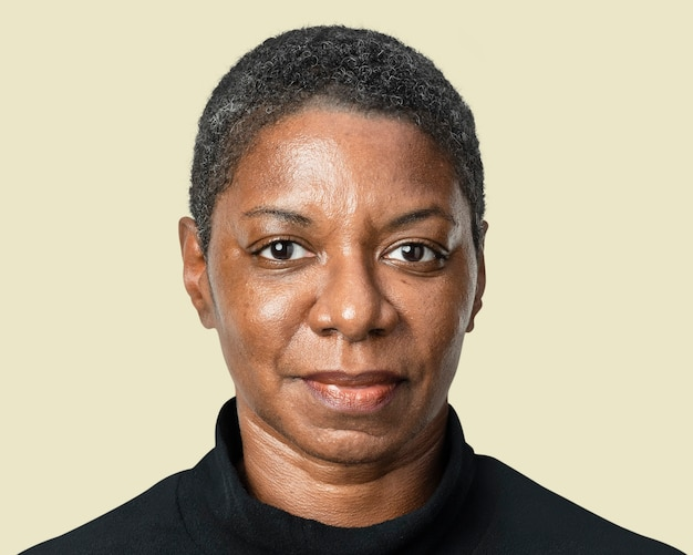 Afro-amerikaanse vrouw mockup psd in zwart t-shirt met lange mouwen
