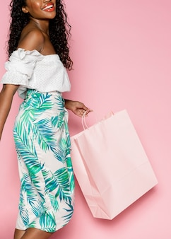 Afro-amerikaanse vrouw op een zomerse shopping spree