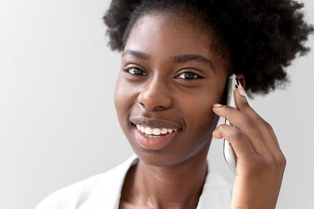 Afro-amerikaanse vrouw praat met iemand op haar smartphone Gratis Foto