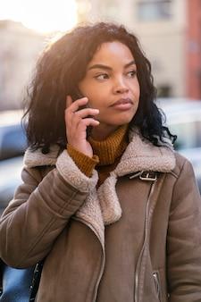 Afro-amerikaanse vrouw praten over de telefoon