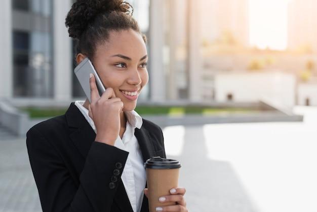 Afro-amerikaanse vrouw praten over telefoon