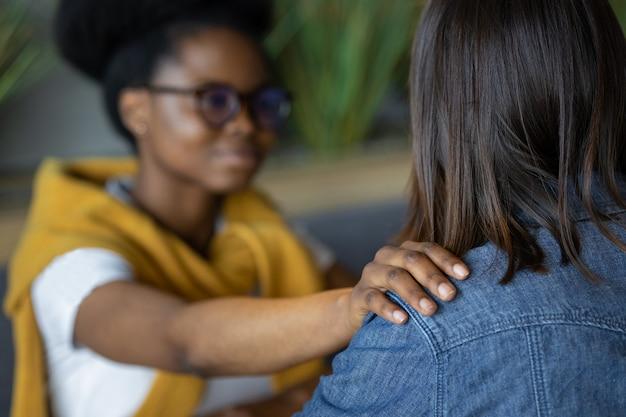 Afro-amerikaanse vrouwelijke psycholoog ondersteunt haar patiënt