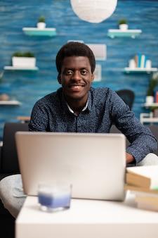 Afro-amerikaanse werknemer op videogesprekconferentie