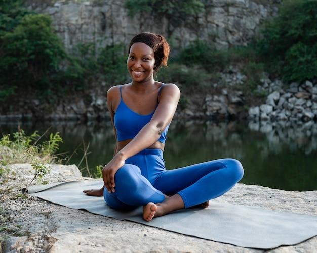 Afro-amerikaanse yogaleraar buiten beoefenen