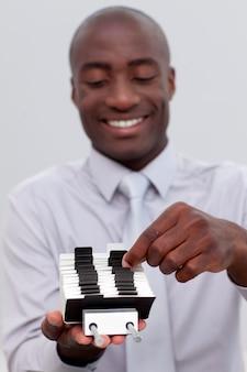 Afro-amerikaanse zakenman die een indexhouder bekijkt