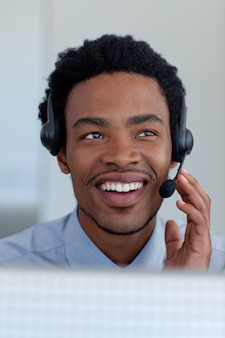 Afro-amerikaanse zakenman in een call centre