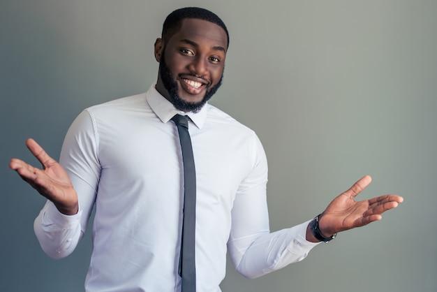 Afro-amerikaanse zakenman in wit klassiek shirt.