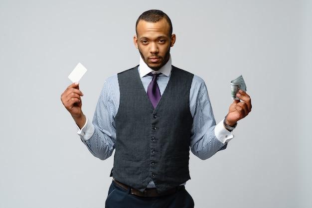 Afro-amerikaanse zakenman maken van keuze tussen creditcard en geld