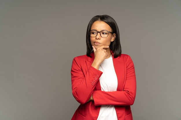 Afro-amerikaanse zakenvrouw besluit verward twijfelachtig denken na te denken over probleemoplossing