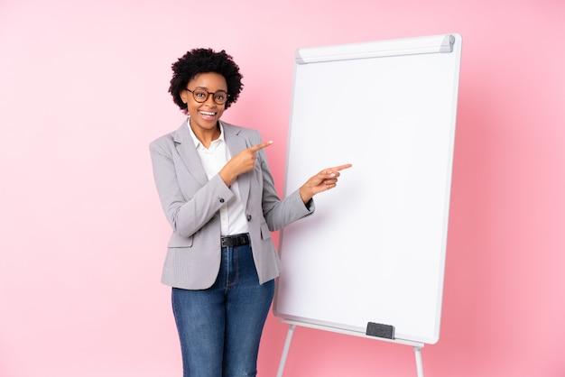 Afro amerikaanse zakenvrouw over roze muur