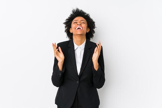 Afro-amerikaanse zakenvrouw van middelbare leeftijd tegen een wit geïsoleerd vrolijk lachen veel. geluk concept.