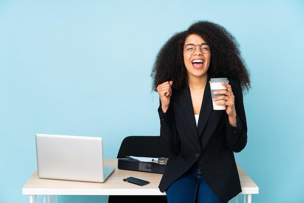 Afro-amerikaanse zakenvrouw werken op haar werkplek