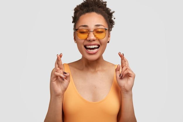 Afro dame met gelukkige uitdrukking
