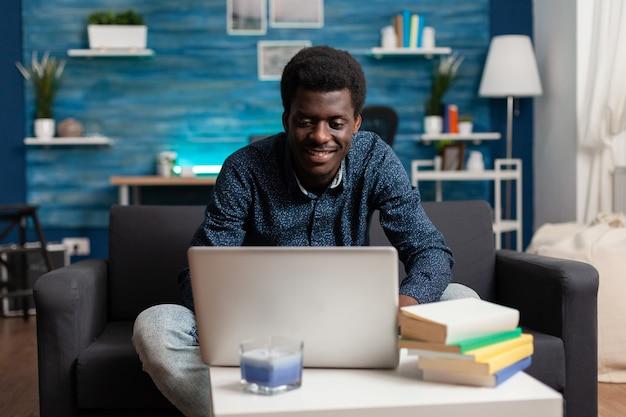 Afro jonge student aan het werk bij online managementles