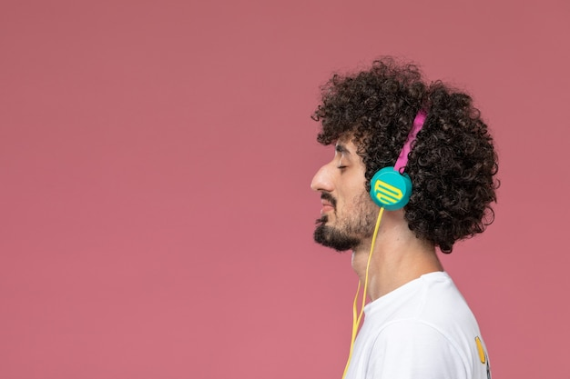 Afro kapsel man luistert naar lied op rood,
