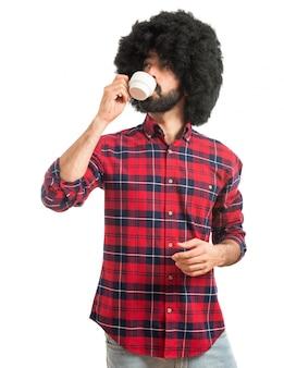 Afro man drinken koffie