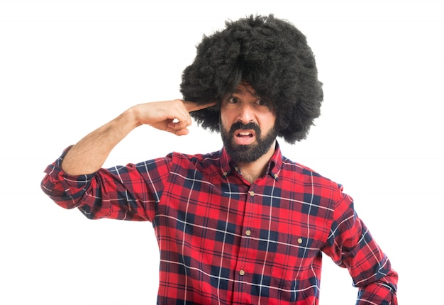 Afro man maakt gek gebaar