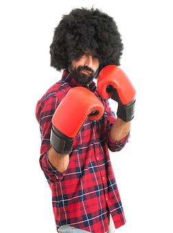 Afro man met bokshandschoenen
