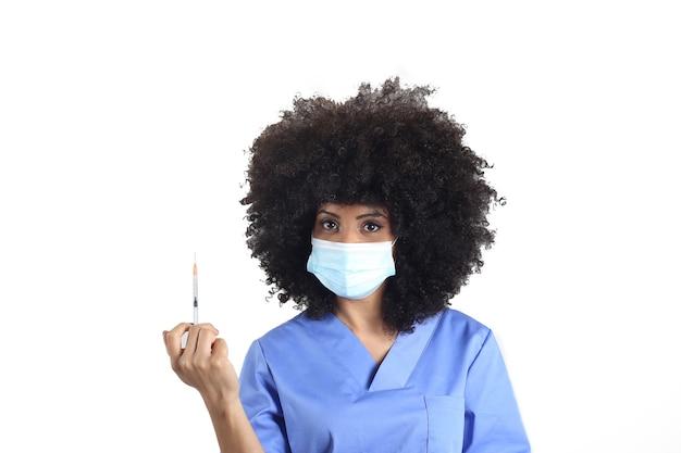 Afro-vrouw arts met medisch masker en spuit met vaccin