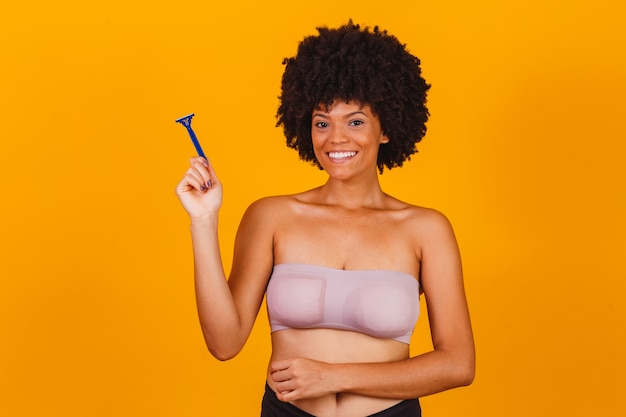 Afro-vrouw die een scheermesje in de hand houdt