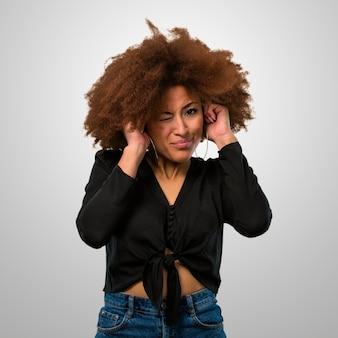 Afro-vrouw die haar oren behandelt