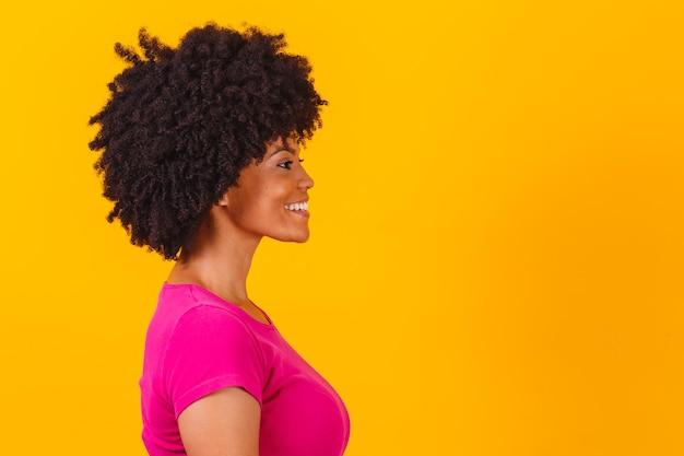 Afro vrouw in profiel met kopie ruimte