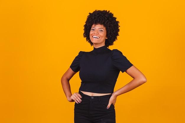 Afro vrouw met blackpower haar glimlachen. afro vrouw