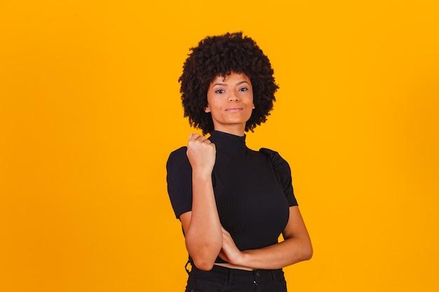 Afro-vrouw met blackpower-haar