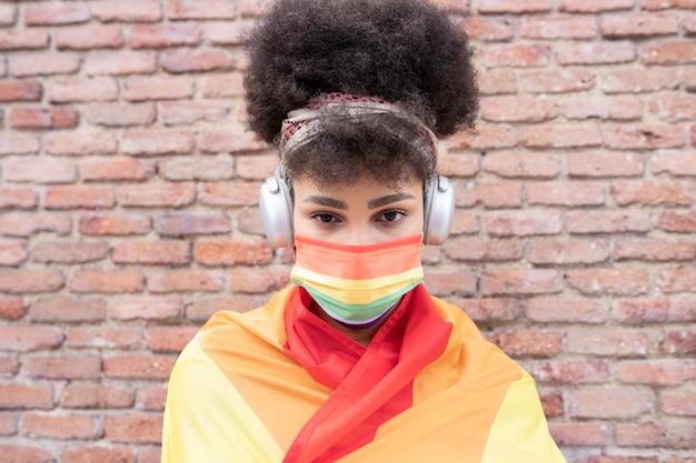 Afro-vrouw met lgbt gay pride-vlag