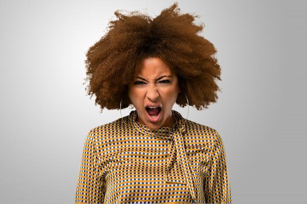 Afro vrouw schreeuwen en boos