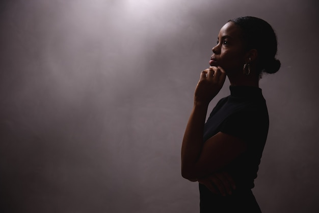 Afro vrouw silhouet. zwart
