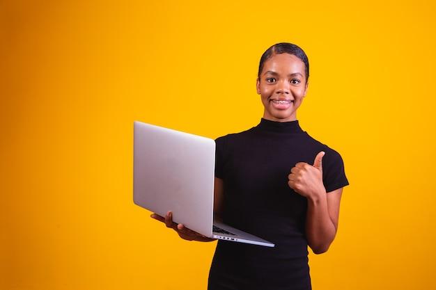 Afro zakenvrouw online werken met laptopcomputer.