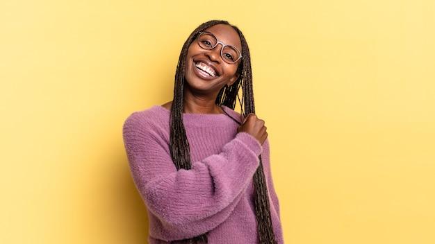 Afro-zwarte mooie vrouw die zich gelukkig, positief en succesvol voelt, gemotiveerd wanneer ze voor een uitdaging staat of goede resultaten viert