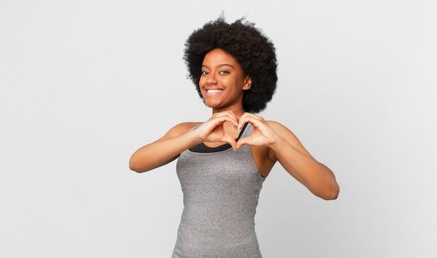 Afro zwarte vrouw tegen geïsoleerde muur