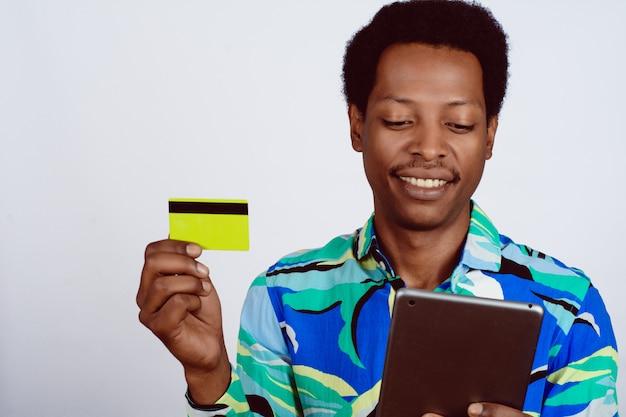 Afromens die digitale tablet voor online winkel gebruiken.