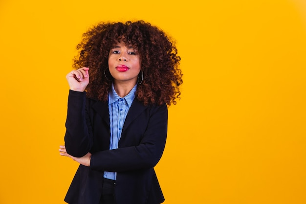Afrovrouw in broekpak. succesvolle zwarte vrouw, zakenvrouw.