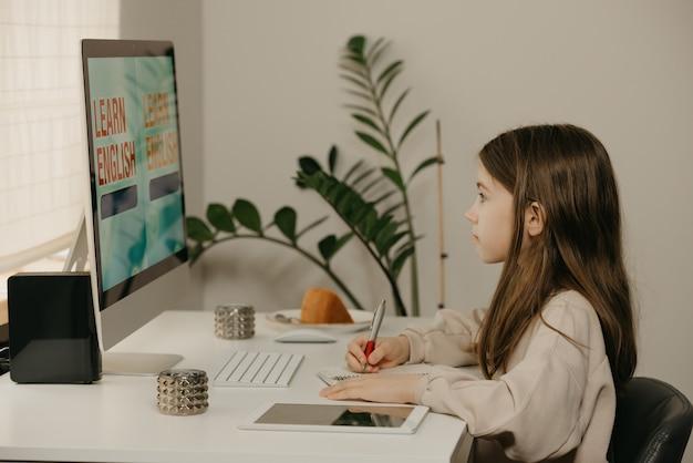 Afstand leren. een jong meisje met lang haar studeren op afstand online.