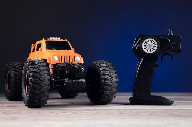 Afstandsbediening en speelgoedauto op blauw