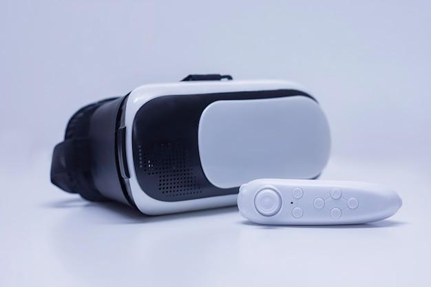 Afstandsbediening op de achtergrond van een bril voor virtual reality en 360-gradenvideo.