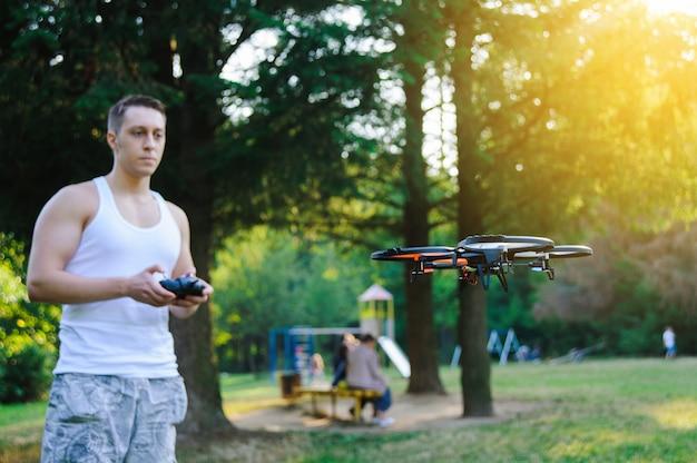 Afstandsbediening van drone. drone vliegt buiten
