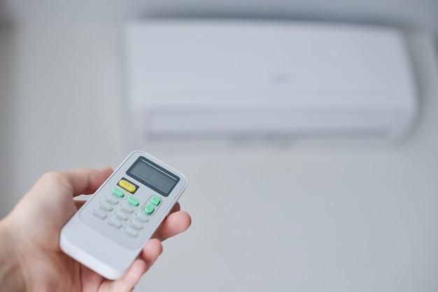 Afstandsbediening voor airconditioner in de hand