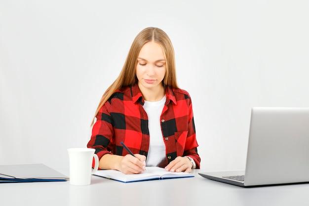 Afstandsonderwijs online onderwijs en werk. jonge vrouw die thuis werkt.